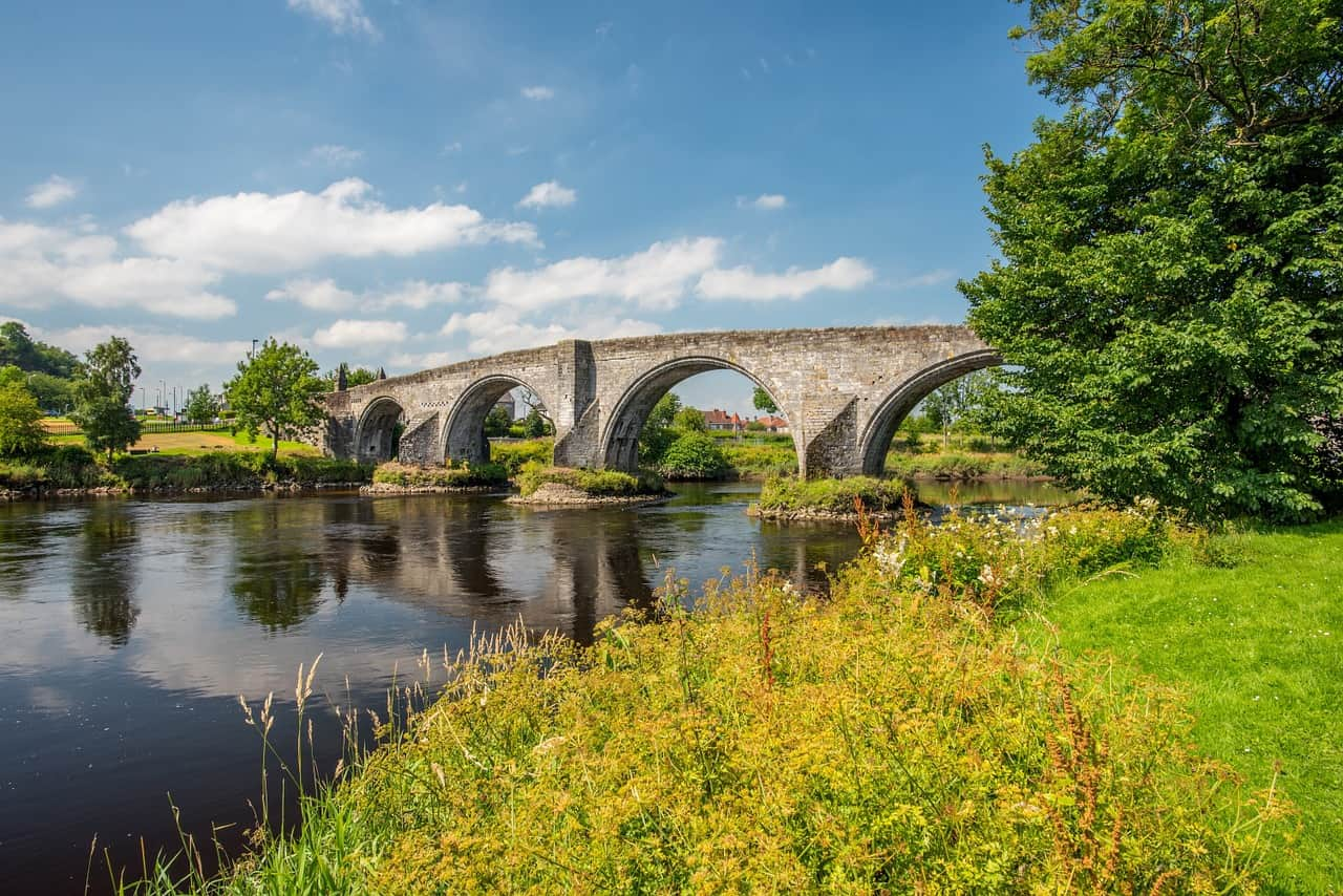 things to do in stirling scotland - image of stirling bridge on a sunny day, with green banks of grass