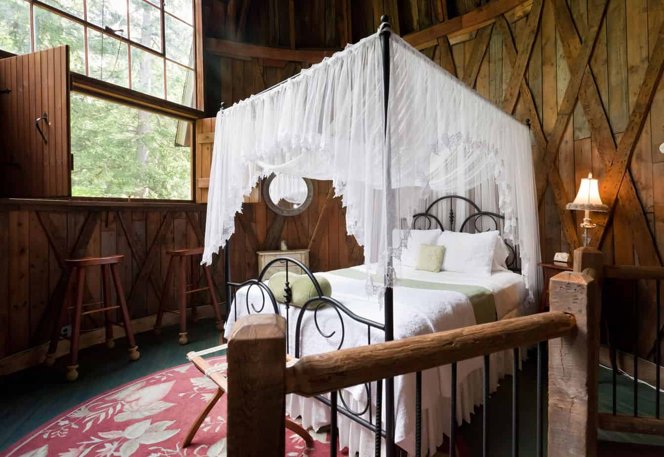 canopy bed in fairy tale tower - Romantic AirBnb New England